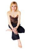 Menina que senta equipado com pernas transversal em um assoalho Imagens de Stock