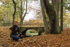 Menina que senta-se ao lado do rio Foto de Stock Royalty Free