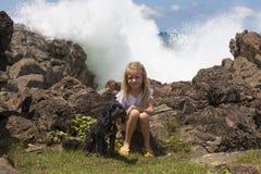Menina que senta-se com cão de estimação Imagens de Stock