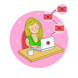 A menina que senta-se com um portátil na tabela e recebe cartas de amor V ilustração stock