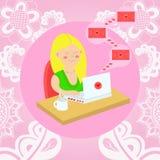 A menina que senta-se com um portátil na tabela e recebe cartas de amor V ilustração royalty free