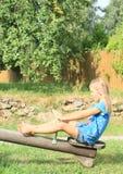 Menina que senta-se em um balanço Fotografia de Stock Royalty Free
