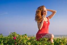 Menina que senta-se em um dune-8 Imagem de Stock Royalty Free