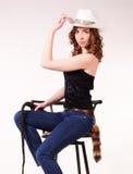Menina que senta-se em um tamborete de barra Fotos de Stock