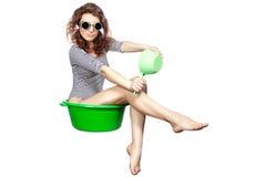 A menina que senta-se em uma bacia monta. Foto de Stock Royalty Free