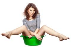 A menina que senta-se em uma bacia monta. Foto de Stock