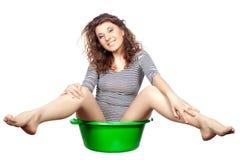 A menina que senta-se em uma bacia monta. Fotografia de Stock Royalty Free