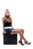 A menina que senta-se em uma mala de viagem Foto de Stock Royalty Free