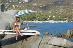 Menina que senta-se em uma ponte Imagem de Stock Royalty Free