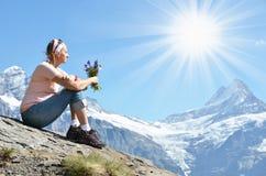 Menina que senta-se em uma rocha Imagens de Stock Royalty Free