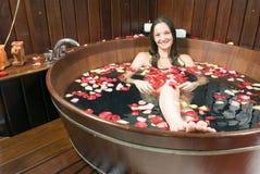 Menina que senta-se na banheira de madeira - horizontal Fotos de Stock Royalty Free