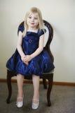 Menina que senta-se na cadeira Fotos de Stock