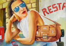 Menina que senta-se na frente do restaurante foto de stock royalty free