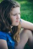 Menina que senta-se na máscara Foto de Stock