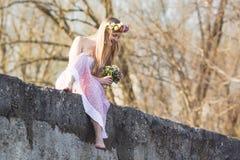 Menina que senta-se na ponte Imagem de Stock Royalty Free