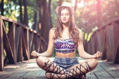 Menina que senta-se na ponte Imagem de Stock