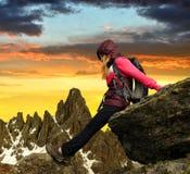 Menina que senta-se na rocha Imagens de Stock