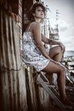 Menina que senta-se nas escadas Fotos de Stock Royalty Free