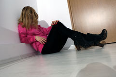 Menina que senta-se no assoalho Fotos de Stock