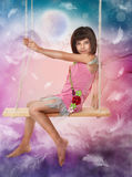 Menina que senta-se no balanço Fotos de Stock