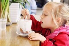 Menina que senta-se no café Imagem de Stock Royalty Free