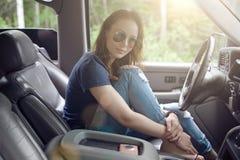 Menina que senta-se no carro e no descanso Fotos de Stock Royalty Free