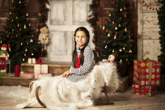 Menina que senta-se no pequeno trenó Imagem de Stock Royalty Free