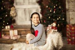Menina que senta-se no pequeno trenó Fotos de Stock
