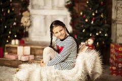 Menina que senta-se no pequeno trenó Imagens de Stock