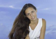 Menina que senta-se no vestido na praia Por do sol Sea Imagem de Stock