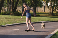 Menina que Skateboarding em casa Fotografia de Stock Royalty Free