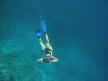 Menina que Snorkeling Imagens de Stock Royalty Free