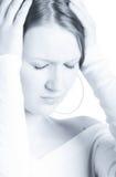 Menina que sofre de uma dor de cabeça imagem de stock
