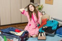 Menina que sonha das férias que embala as malas de viagem Imagens de Stock