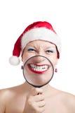 Menina que sorri através do magnifier Imagens de Stock Royalty Free