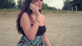 Menina que sorri e que fala no telefone vídeos de arquivo