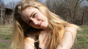 Menina que sorri em um dia ensolarado Foto de Stock