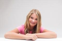 Menina que sorri a tentativa não rir imagem de stock royalty free