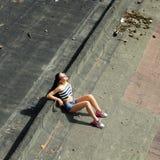 Menina que suga o lollipop Fotografia de Stock