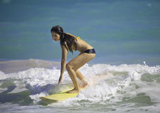 Menina que surfa na praia de Kailua Fotos de Stock