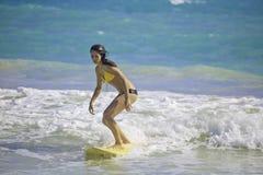 Menina que surfa na praia de Kailua Imagem de Stock
