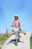 Menina que tem a bicicleta da equitação do divertimento Fotografia de Stock