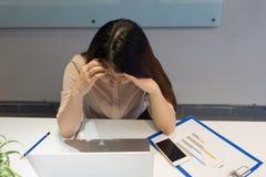 Menina que tem a dor de cabeça após o dia de trabalho longo imagem de stock royalty free