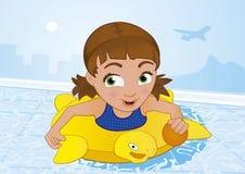 Menina que tem a natação do divertimento em uma associação no verão Fotos de Stock Royalty Free