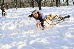 Menina que tem o acidente no sledge Imagens de Stock