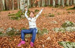 Menina que tem o divertimento com as folhas no outono em Biogradska Gora Fotografia de Stock Royalty Free