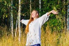Menina que tem o divertimento com mãos acima fotografia de stock