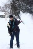 Menina que tem o divertimento com remoção de neve Imagens de Stock Royalty Free