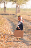 Menina que tem o divertimento no dia bonito do outono foto de stock