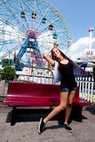 Menina que tem o divertimento no parque de diversões Fotografia de Stock Royalty Free